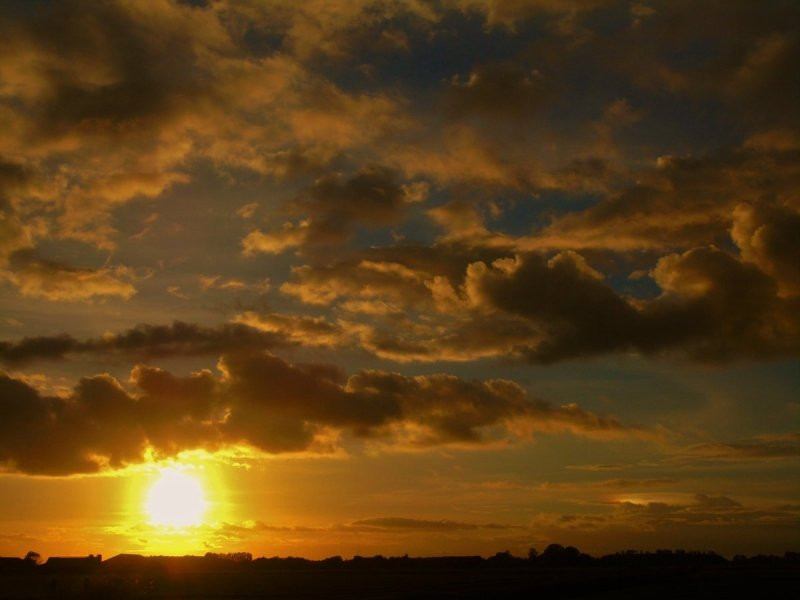 De zon ging ook weer fraai onder zoals hier in het Friese Stiens. Foto via Meteo-Nederland (@SevereWeather_N)