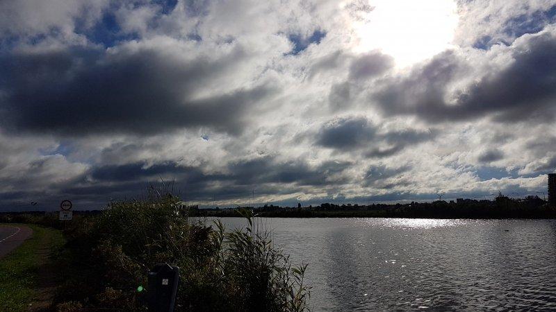 ook deze foto maakte ikzelf een uur voorafgaande aan bovenstaande foto. Donkere wolken schoven toen nog voor de zon.