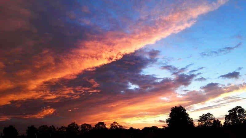 Fraaie luchten aan het eind van de middag. Deze foto werd gemaakt door Joyce Derksen.