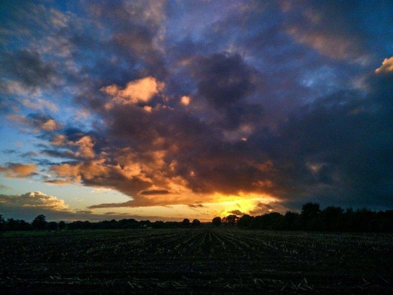 een prachtige foto van de zonsondergang gisteren. De foto werd gemaakt door Robbie Veldwijk.