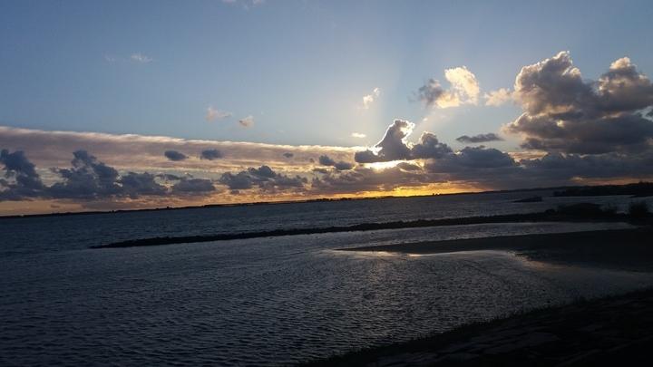 AWM collega Ricardo de Vries maakte gisteravond deze fraaie foto van de zonsondergang bij de Haringvliet.