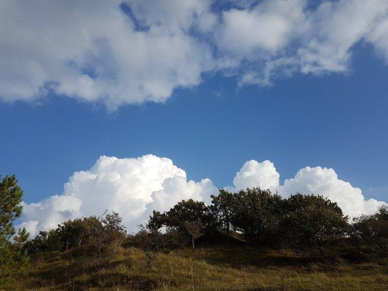 mix van zon en wolken. Deze foto werd gemaakt door Evert-Jan Woudsma