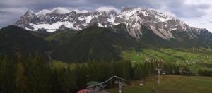 Bij Dachstein bleef het gisteren droog. Maar ook daar zorgt de nieuwe sneeuwval van dit jaar op de toppen voor mooie beelden.