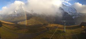 Prachtige regenboog bij een opklarend weertype bij het Berner Oberland (Jungfrau).