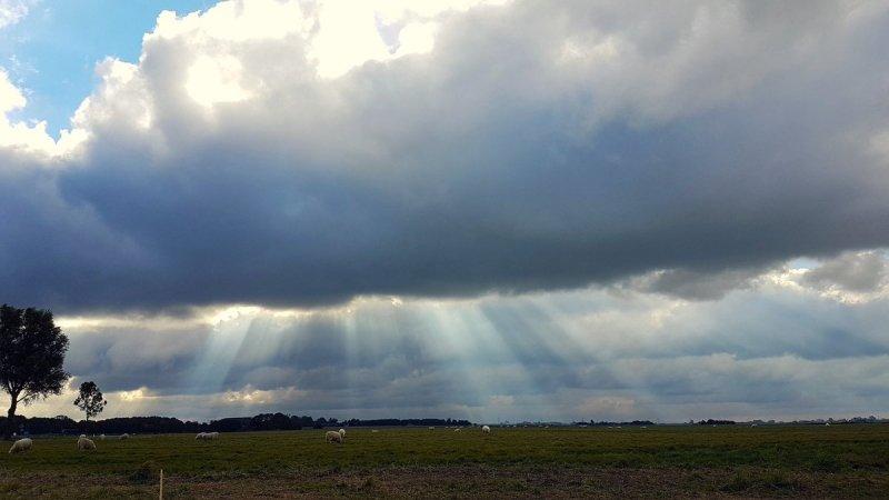 een mix van zon en wolken gisteren in het noorden van het land. Deze fraaie foto werd gemaakt door Jannes Wiersema.