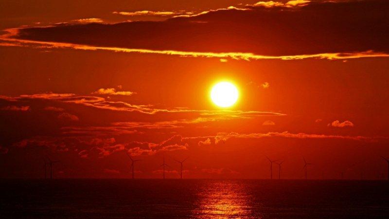 De zon ging gisteren weer fraai onder. Deze foto werd in Egmond aan Zee gemaakt door Sjef Kenniphaas.
