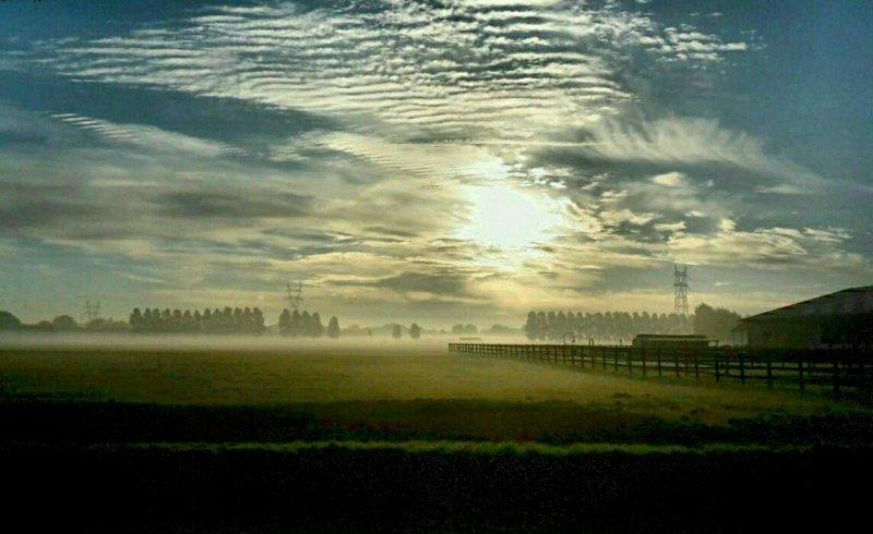 de dag van gisteren begon prachtig met opklaringen en mistbanken. De foto werd gemaakt door Johan Klos.
