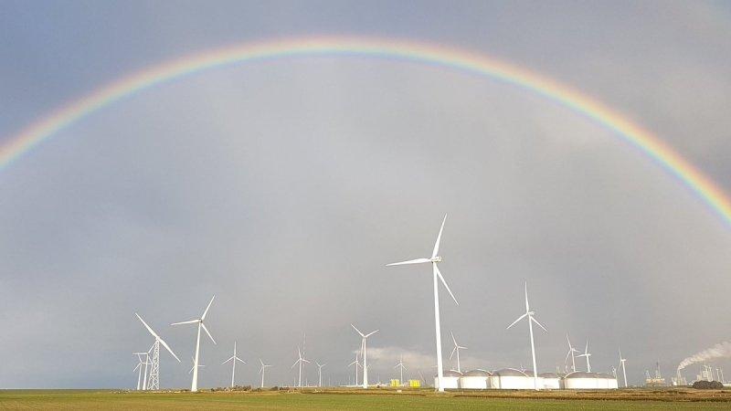 zon, maar ook buien. Het leverde een fraaie regenboog op die gefotografeerd werd door Jannes Wiersema.