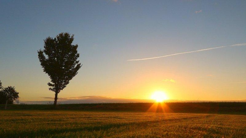 De zon ging weer mooi onder. De foto werd gemaakt door Jannes Wiersema.