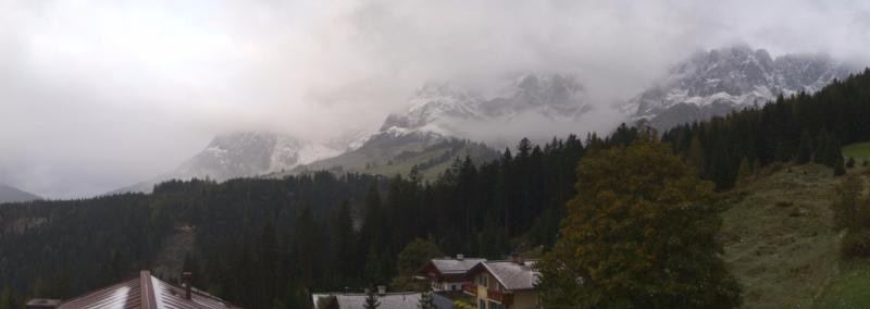 Meer wolken in Oostenrijk met kans op lichte sneeuw boven ongeveer 1800 meter. Vannacht zakte de sneeuwgrens tijdelijk tot 1000 meter. Bron: bergheimat.panoramax.at