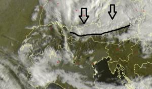 Op de satellietbeelden is mooi te zien dat het in Oostenrijk te noorden vand e alpenhoofdkam bewolkt is. Vochtige lucht stuit vanaf het noorden op de bergen. Bron: sat24