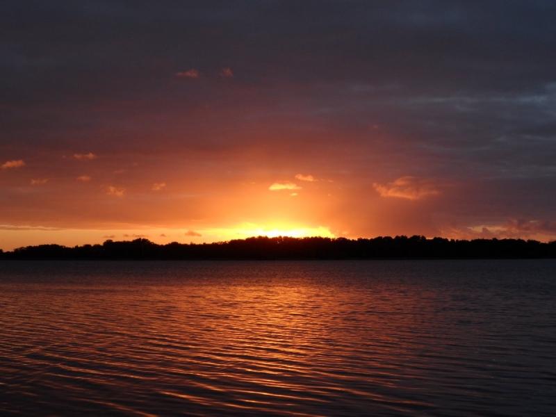 Maandagavond ging de zon fraai onder in het noorden van het land. De foto werd gemaakt door Albert Thibaudier