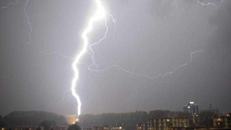 Het kwam gisteravond lokaal tot stevig onweer. Deze prachtige foto werd gemaakt door Janusz Oppermann