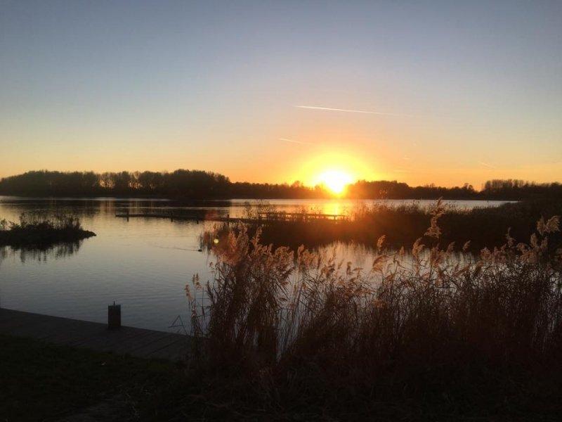 deze schitterende foto van de ondergaande zon werd gemaakt door Esther van der Plaat.