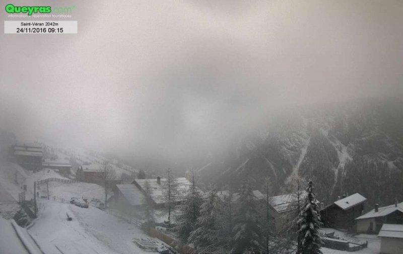 Ook in de Franse Hautes Alpes sneeuwt het goed door. Webcam Saint-Véran. Bron: bergfex.com