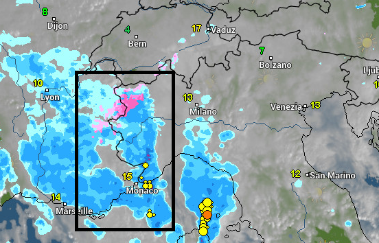 Momenteel valt er intense neerslag aan de zuidkant tegen de Franse Alpen. Lokaal is zelfs onweer mogelijk. Bron: wetteronline.de