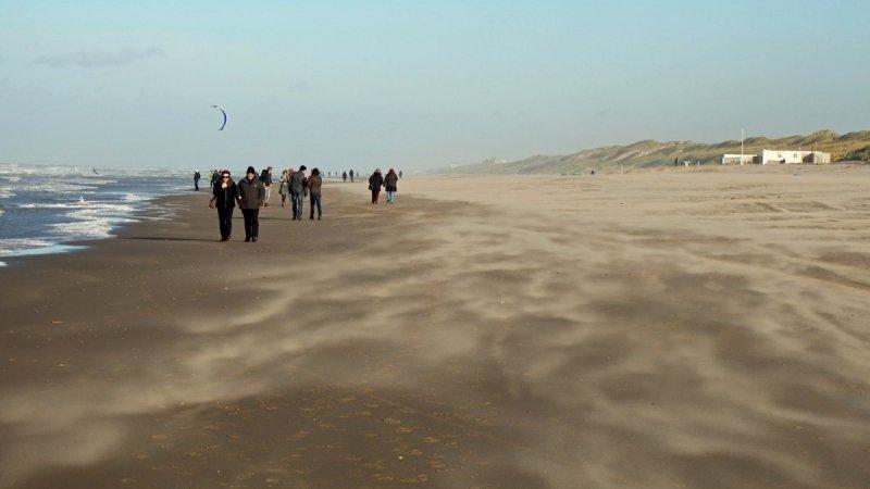 er stond gisteren veel wind, aan zee zelfs windkracht 7. Deze foto van Sjef Kenniphaas laat dat treffend zien.