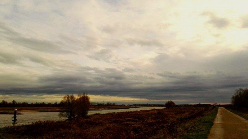 het was gisteren veelal bewolkt, maar wie er oog voor heeft zag fraaie wolken. De foto werd gemaakt door Joyce Derksen.