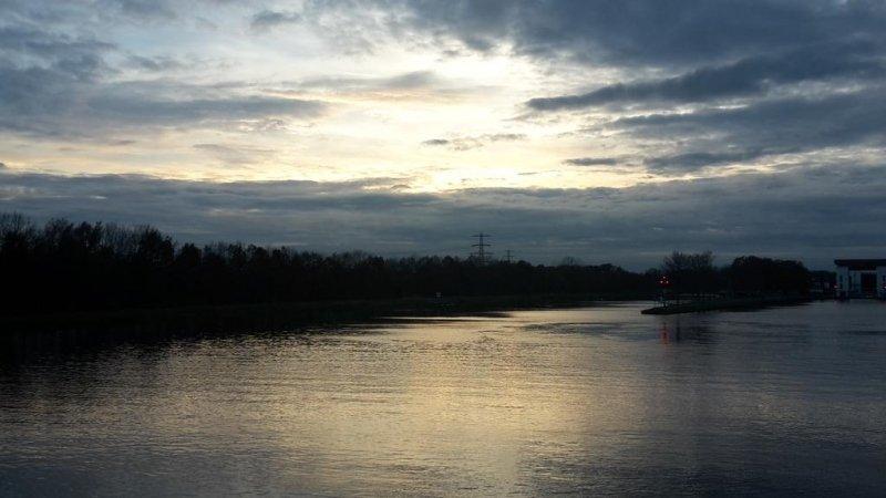 Lokaal verscheen er nog wat kleur aan de lucht. De foto werd gemaakt door Johan Klos.