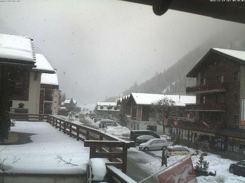 Het sneeuwt vandaag al lichtjes in de Zwitserse Alpen. Later deze week kan er regelmatig sneeuw over de Alpenhoofdkam schieten bij deze föhnsituatie. Bron: bergfex.com
