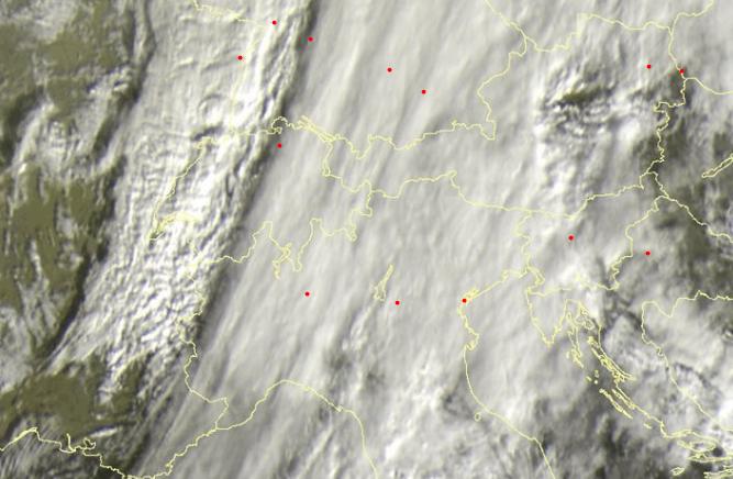 Het koufront light schuin over de Alpen. De verschillende wolkensoorten zijn duidelijk te zien op de satellietbeelden. Bron: sat24.com