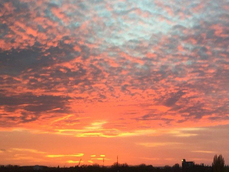 de zon ging gisteren weer fraai onder. De foto werd gemaakt door Arno van Brakel.