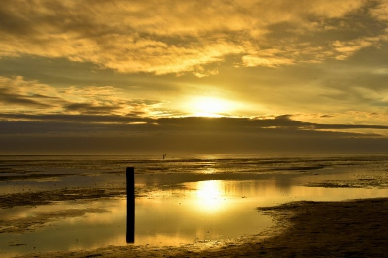 op de Wadden kwam nog heel even de zon tevoorschijn en de zonsondergang werd gefotografeerd door Sytse Schoustra.