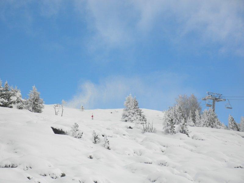 De sneeuwkanonnen draaien in ieder geval al wanneer ze kunnen. Zo krijgen de pistes toch al een redelijke laag sneeuw ondertussen. Beeld is van zaterdagmiddag op de Patscherkofel nabij Innsbruck.