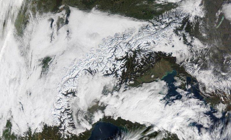 Satellietbeeld van afgelopen maandag rond het middaguur. Goed te zien zijn de besneeuwde bergtoppen maar ook een wit tapijt in de dalen: Hochnebel. Bron: NASA.