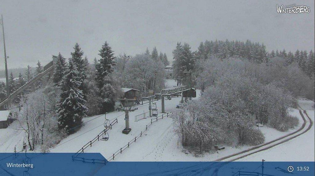 Nu is het in ieder geval niet zo mistig, maar wel zwaar bewolkt in Winterberg. Bron: Bergfex