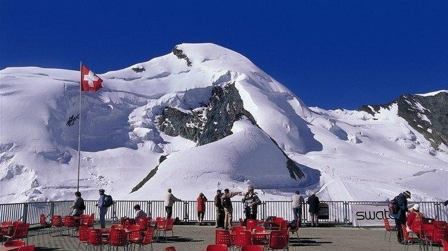 Het uitzicht vanaf de Mittelallalin is onovertroffen. Vanaf ruim 3500 meter kan een schitterende afdaling naar Saas Fee worden gemaakt. Bron: myswitzerland.com