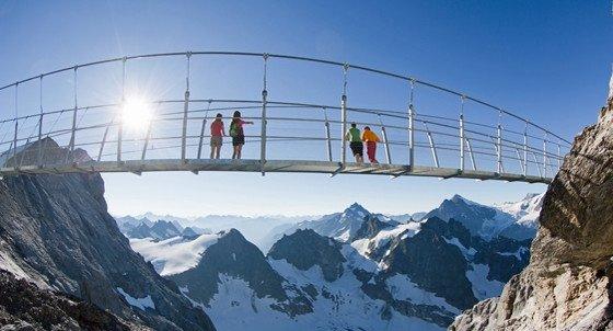 De Titlis Cliff Walk is voor echt thrillseekers. Als je je zenuwen in bedwang kunt houden, wordt je beloond met een ongekend uitzicht op de Berner en Glarner Alpen. Bron: titlis.ch