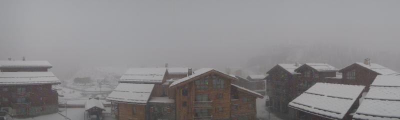 Het sneeuwt nu ook in Tignes Les Boisses maar de hoeveelheden blijven vooralsnog beperkt. Bron: http://tignes.roundshot.com/1800/