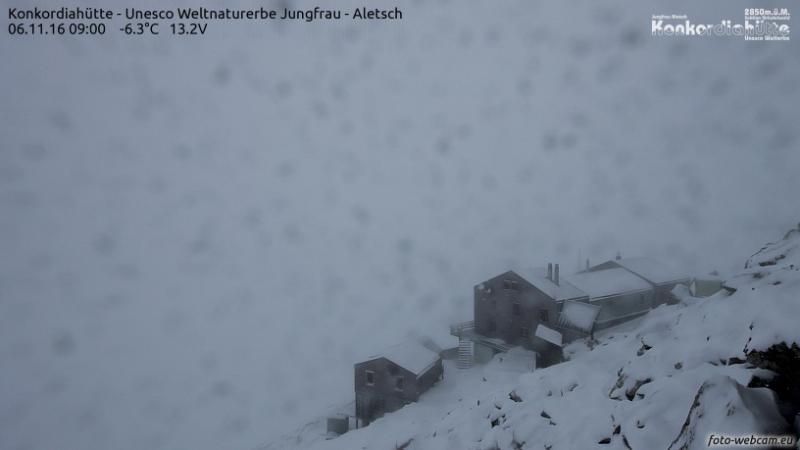 Het is koud winterweer op de Konkordiaplatze, het brongebied van de Altesch gletsjer. Bron: https://www.foto-webcam.eu/webcam/konkordiahuette/