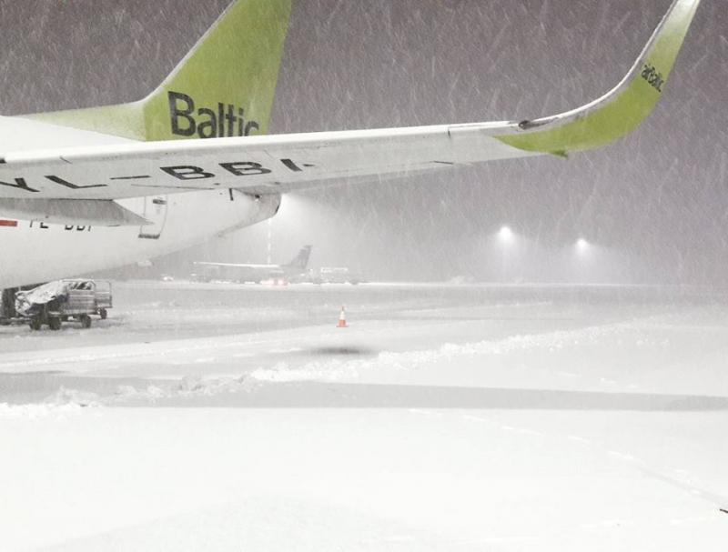 Sneeuwval op de luchthaven in Riga. Bron: twitter severe weather Europe