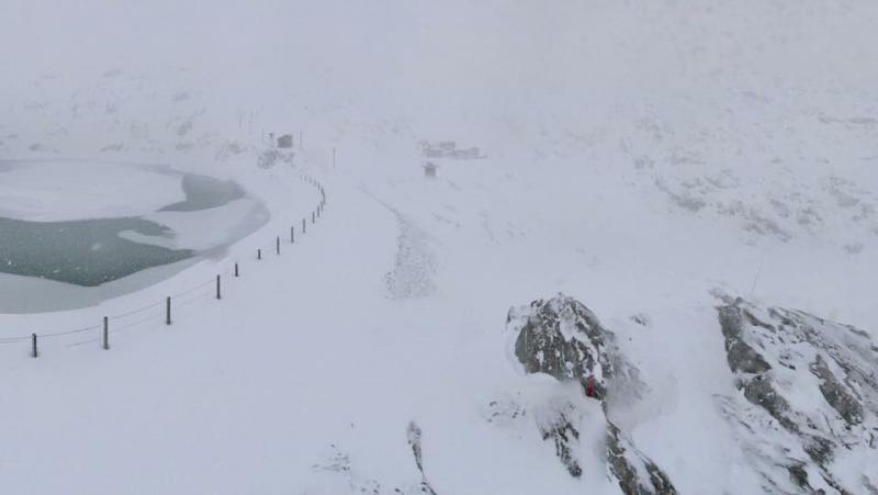 Ook in Alpe d'Huez sneeuwde het gisteren al volop. Het resultaat is nu al een mooie laag sneeuw voor de tijd van het jaar. Bron: twitter Alpenweerman