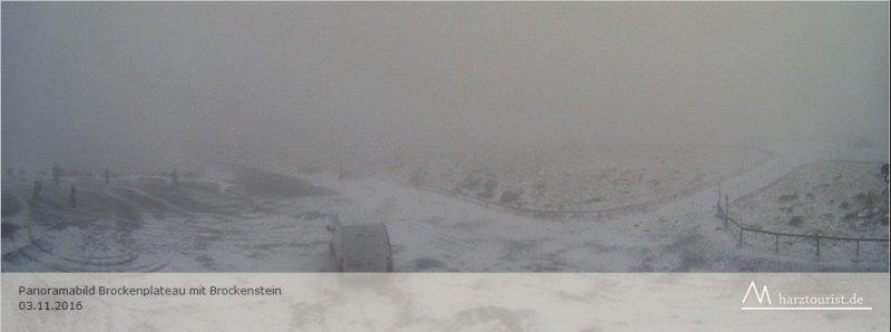 Webcambeeld van de Brocken gistermiddag. Er ligt al een klein sneeuwlaagje op de top. Bron: Hartztourist.de