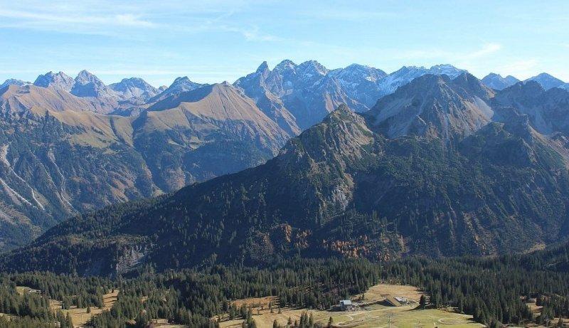 Ook in Zwitserland was het gisteren nog zacht en zonnig. Oberstdorf (819m) 18°C. Fellhorn (1967m) 10°C. Kl Matterhorn (3873m) - 0.9°C Bron: twitter Alpenweerman
