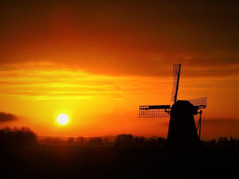 De zonsondergang icm met opkomende mist. De foto werd gemaakt in Friesland en ontvangen via @SevereWeather_N