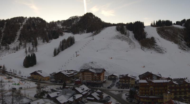 Ondanks de hoge temperaturen en de zon ligt er bij de Zauchensee nog een mooie laag sneeuw. Bron: webcam Zauchensee