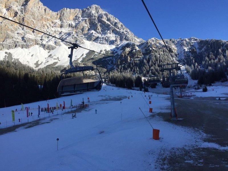 In Erwahler Almbahn hetzelfde beeld als in veel skigebieden. Prima condities op de pistes maar naast de piste nog weinig sneeuw.