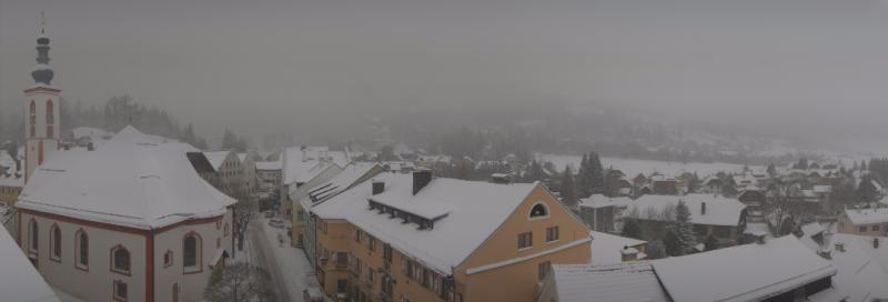Sneeuw tot in het dorp in Mauterndorf. Het wintert hier nu mooi. Bron: roundshot.com