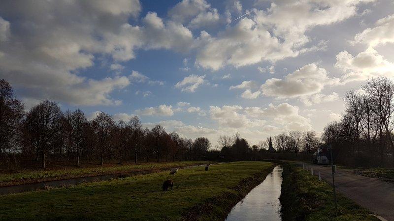 we hadden gisteren een mix van zon en wolken. Deze foto maakte ikzelf gistermiddag.