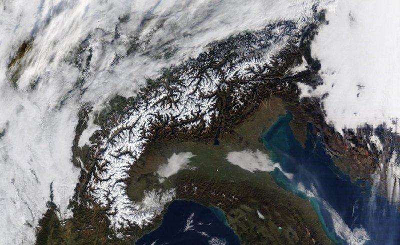 Satellietbeeld van vrijdag. De Alpen konden weer genieten van volop zonneschijn. Hogerop ligt in ieder geval sneeuw, maar de meeste dalen zijn gewoon nog groen. Bron: NASA