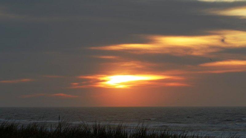 de zon ging fraai onder in het westen van het land. De foto werd gemaakt door Sjef Kenniphaas.