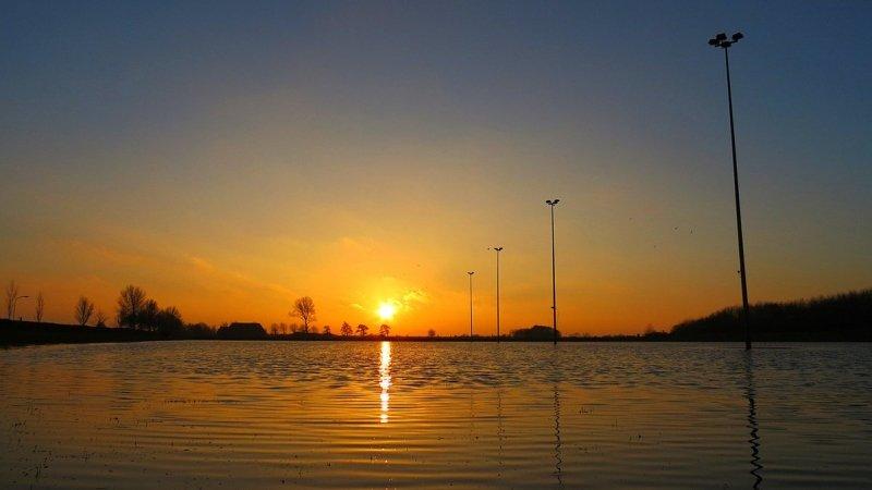 de zon ging fraai onder bij Jannes Wiersema.