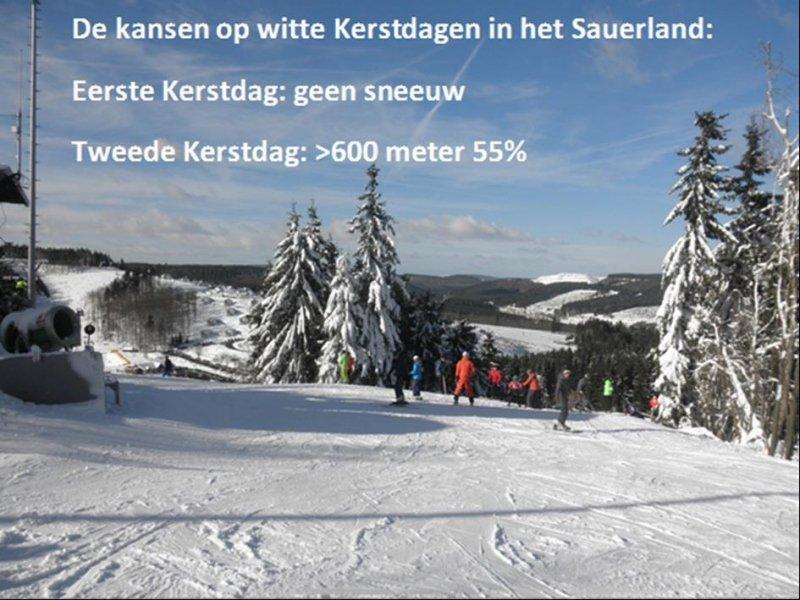 De kansen voor witte Kerstdagen in het Sauerland. Eerste Kerstdag gaat groen verlopen, maar tweede Kerstdag wordt interessant. Koudere lucht en neerslaggebieden in de buurt verhogen de kansen op sneeuw. De onzekerheid zit hem vooral in de timing van neerslag i.c.m. de koudere lucht. Vandaar de 55%. Voor de allerhoogste delen zullen de kansen nog iets hoger liggen.