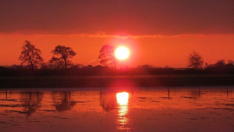 de zonsondergang was weer fraai zoals hier gefotografeerd door Jannes Wiersema.