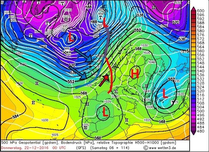 Weerkaart van luchtdruk (witte lijnen) en hoogte 500 hPa (zwarte lijnen) voor de nacht woensdag op donderdag. Het sterke lagedrukgebied dat eerst nabij IJsland lag is richting het noorden van Scandinavië getrokken. Maar de bijbehorende fronten gaan het Sauerland wel bereiken. Vooral het koufront is interessant aangezien daar koudere lucht achter zit. Naast deze depressie zorgen een hoogtelaagje boven Spanje en andere depressies dat de hoge druk boven Centraal Europa het zwaarder gaat krijgen. Bron: Wetter3