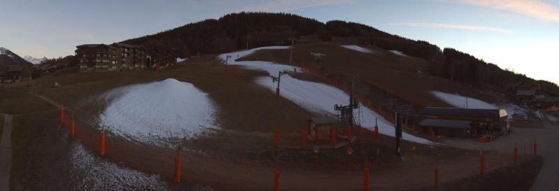 Voorlopig is het wachten op sneeuw. Hier in Plagne Montalbert spuit met al wat sneeuw. Bron: bergfex.com